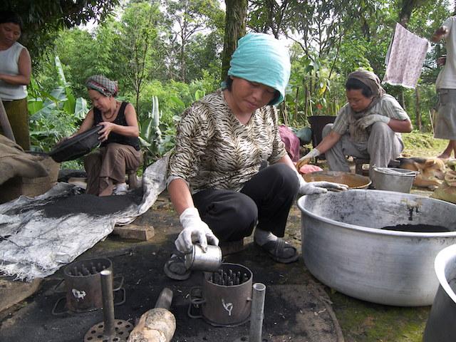 En vez de talar la selva para hacer carbón, estas mujeres chinas usan bambú que vuelve a crecer. Crédito: Cortesía de Inbar.