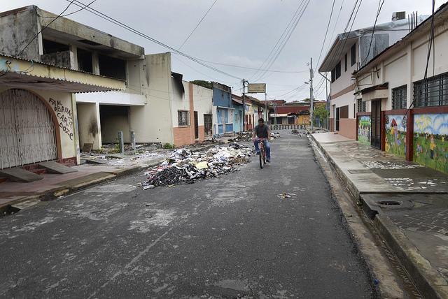 Las calles de las principales localidades turísticas de Nicaragua, como esta del centro de la ciudad de Masaya, tienen una imagen desolada y con las huellas de la destrucción por las protestas populares y la dura represión. Crédito: Manuel Esquivel/IPS