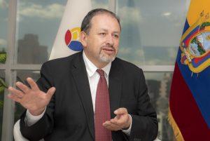 El ministro del Ambiente de Ecuador, Tarsicio Granizo, en su despacho en Quito, durante la entrevista con IPS. Crédito: Nina Zambrano/IPS