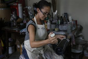 La cofundadora del Proyecto Bambú Centro, Gisela Vilaboy, en su taller en el barrio chino de La Habana. Esta productora de muebles artesanales y otros objetos de bambú es una de las emprendedoras por cuenta propia que los cambios legales no hagan más difícil la actividad privada en Cuba. Crédito: Jorge Luis Baños/IPS