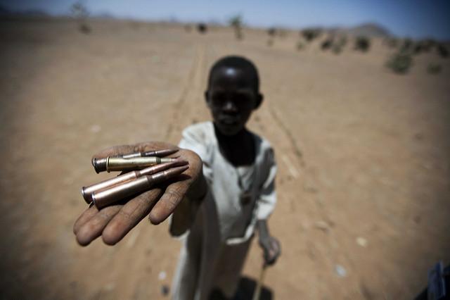 Un niño recolectó balas en Rounyn, una aldea a unos 15 kilómetros al norte de Darfur Norte. La mayoría de la población tuvo que huir en marzo de 2011 por los enfrentamientos entre fuerzas del gobierno y movimientos armados irregulares. Crédito: Albert Gonzalez Farran/UNAMID