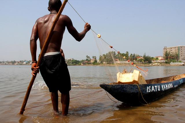 Freetown, la capital de Sierra Leona es una ciudad costera donde la gente ha dependido de los océanos para conseguir alimentos y empleo. Cada vez más países africanos se vuelvan a la economía azul por las soluciones que puede ofrecer para hacer frente a sus necesidades más acuciantes en materia de desarrollo. Crédito: Travis Lupick/IPS.