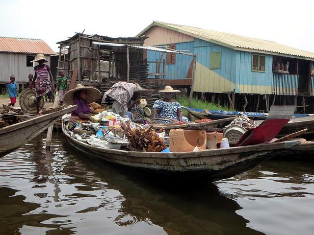 Mercado flotante del pueblo de Ganvie en el lago Nokoue, cerca de Cotonou, Benin. Muchos migrantes llegan a este país a hacer base antes de seguir hacia Europa, aunque algunos deciden quedarse. Crédito: David Stanley/CC By 2.0.