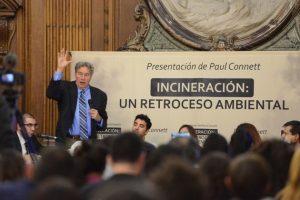 """El químico británico Paul Connet durante su exposición en la Legislatura de la Ciudad Autónoma de Buenos Aires, en la que cuestionó la incineración de basura y se pronunció a favor de una economía circular, a través de la cual se logre el objetivo de """"basura cero"""". Crédito: Greenpeace Argentina"""