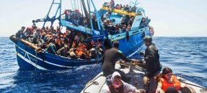 La marina italiana rescata un grupo de migrantes en el mar Mediterráneo. Crédito: Massimo Sestini/Guardia Costera de Italia