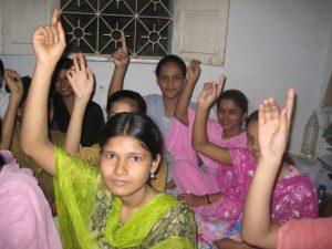 Los países no tienen que ser prósperos para pasar de tener una elevada natalidad y mortalidad a una baja. En India, la mejora de la alfabetización de las mujeres impactó en la natalidad que pasó de 39 por ciento a 65 por ciento. En la fotografía, las mujeres están en un curso de tecnologías de la información. Crédito: Ranjita Biswas/IPS.