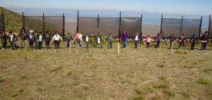 Cientos de niños, muchos provenientes de escuelas rurales de la región de Coquimbo, han visitado los atrapanieblas instalados en Cerro Grande, dentro de un programa educativo para sensibilizar a las futuras generaciones sobre la importancia del uso racional del agua en Chile. Crédito: Fundación un Alto en el Desierto
