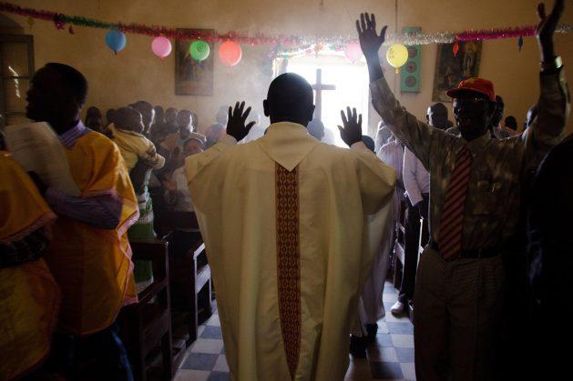 Cristianos sursudaneses celebran la misa de Navidad en la iglesia de El Fasher, en Darfur Norte. Las diferentes iglesias sursudaneses son de las pocas instituciones que permanecen estables en el país. Crédito: Olivier Chassot/UN Photo.