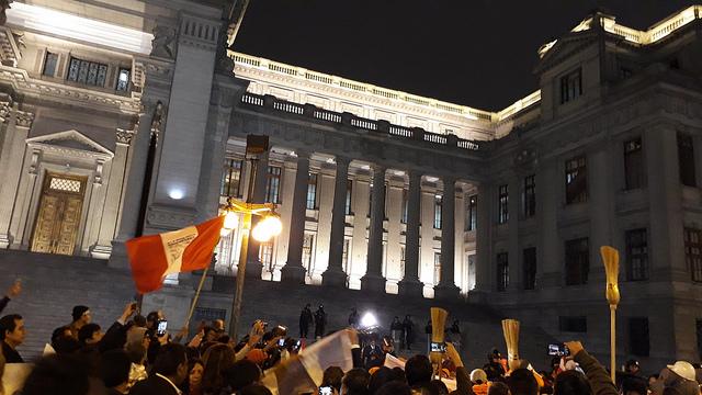 Columnas de manifestantes llegaron hasta la sede del Poder Judicial en Lima, donde exigieron limpiar de corrupción la institución, en las movilizaciones ciudadanas contra la corrupción, realizadas en julio en la capital y otras ciudades de Perú. Mujeres trabajadoras de barrios limeños enarbolaron simbólicamente sus escobas en demanda de limpieza en la justicia. Crédito: Mariela Jara/IPS