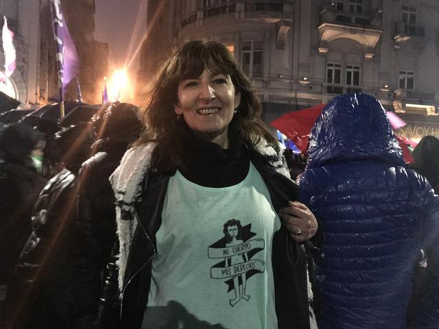 """Una manifestante en Buenos Aires porta una camiseta con la consigna: """"mi cuerpo, mis derechos"""", uno de los lemas de la llamada ola verde, el color del movimiento a favor de la legalización del aborto, que comienza a extenderse por otros países de América Latina. Crédito: Fabiana Frayssinet/IPS"""