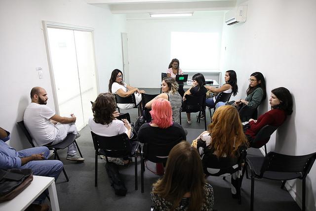 La primera reunión de comunicadoras de Midía Nijnja, en la sede de la organización en el centro de Río de Janeiro. Al frente, Driáde Aguiar, coordinadora de la iniciativa para ayudar a las candidatas mujeres en sus campañas en las elecciones de octubre en Brasil. Crédito: Gonzalo Gaudenzi/IPS