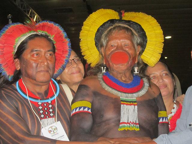 El legendario cacique Raoni, de pueblo kayapó, famoso dentro y fuera de Brasil por su resistencia a los proyectos hidroeléctricos que represan los ríos y deterioran las condiciones de vida de los indígenas además de deforestar la Amazonia. A su izquierda, Amauri Kayapó, presidente de la Asociación Floresta Protegida, que ejecuta proyectos de ese pueblo amazónico. Crédito: Mario Osava/IPS