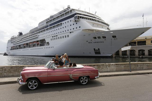Turistas abordan un auto descapotable empleado en paseos turísticos, en las cercanías de la terminal de cruceros marítimos Sierra Maestra, en el casco histórico de La Habana Vieja, en Cuba, el 29 de julio de 2018. Crédito: Jorge Luis Baños/IPS