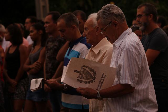 Un grupo de personas asiste al debate en el barrio de Kholy, en el municipio capitalino de Playa, sobre el proyecto de la nueva Constitución de la República de Cuba, como parte de las consultas populares que se desarrollarán sobre su texto hasta noviembre. Crédito: Jorge Luis Baños/IPS