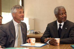 Kofi Annan, el secretario general de la ONU entre 1997 y 2007 y Premio Nobel de la Paz 2001, fallecido el 18 de agosto, junto al brasileño Sergio Vieira de Mello (izquierda), uno de sus hombres de confianza y Alto Comisionado de Derechos Humanos de las Naciones Unidas, muerto en Bagdad en 2003. Crédito: Fundación Sergio Vieira de Mello