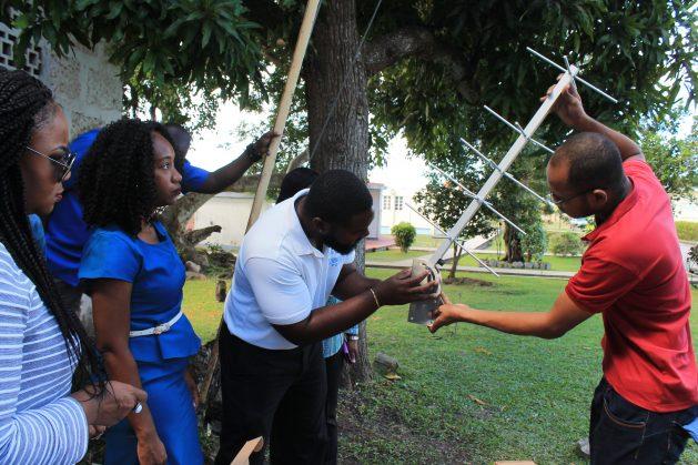 Meteorólogos e hidrólogos arman una de las 40 estaciones climáticas automáticas instaladas por el Centro de Cambio Climático de la Comunidad del Caribe, con fondos proporcionados por el Programa de Adaptación al Cambio Climático de la Agencia de Estados Unidos para el Desarrollo Internacional (USAID-CCAP). Crédito: Zadie Neufville/IPS.