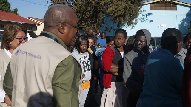 Votantes hacen fila para sufragar en Zimbabwe el 30 de julio de 2018. Emmerson Mnangagwa obtuvo la mayoría de los votos, pero la oposición impugnó el resultado ante el Tribunal Constitucional. Crédito: Cortesía de The Commonwealth/CC By 2.0
