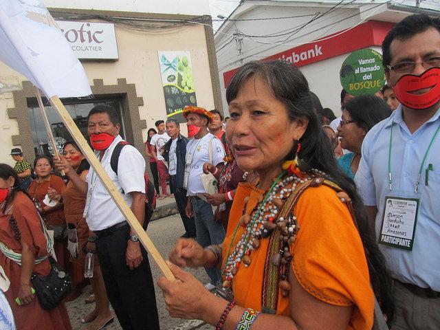 Teresita Antazú, cornesha (máxima autoridad) yanesha, uno de los 55 pueblos indígenas reconocidos oficialmente en Perú, quien desde muy joven luchó contra el poder patriarcal y las variadas desigualdades que enfrentan las mujeres indígenas. En la imagen durante una movilización en defensa de los grupos originarios amazónicos. Crédito: Mariela Jara/IPS