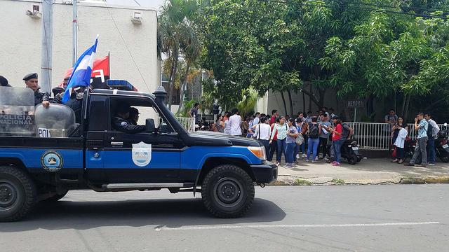 Fuerzas policiales y de choque del gobierno asedian una protesta de estudiantes de medicina que tratan de organizarse el 12 de septiembre en la ciudad de León, a 90 kilómetros al oeste de Managua, la capital de Nicaragua. Crédito: Eddy López/IPS