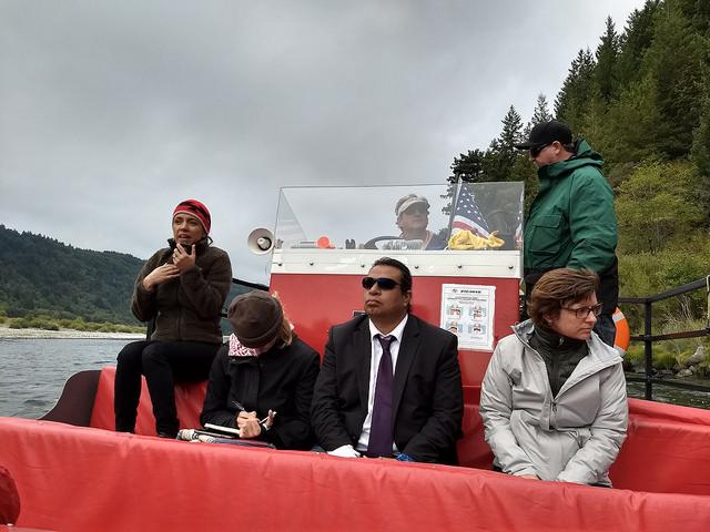 La abogada yurok Amy Cordalis (primera de la izquierda) explica los impactos del cambio climático en el río la Klamath, como la caída de la presencia de salmones, una especie fundamental en las tradiciones y economía de este pueblo nativo del estado de California, en el oeste de Estados Unidos. Crédito: Emilio Godoy/IPS
