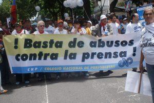 Los periodistas de América Latina se forzados a salir a las calles para reclamar respeto para la libertad de expresión, como estos que demandan en Caracas: ¡Basta de abusos contra la prensa! Crédito: Humberto Márquez/IPS