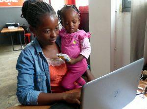 Marcia Julio Vilanculos lleva a su hija pequeña a la capacitación en alfabetización digital, en el centro de innovación Ideario, en Maputo, Mozambique. Los programas de formación deben tener en cuenta las tareas del cuidado que recaen sobre las mujeres. Crédito: Mercedes Sayagues/IPS.