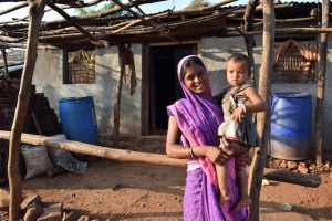 Una mujer con su hijo en el distrito de Melghat, en una zona de India con alta tasa de malnutrición. La nueva campaña del gobierno, Poshan, busca frenar la malnutrición de forma considerable apoyándose en el uso de teléfonos inteligentes para recoger datos relevantes. Crédito: Stella Paul/IPS.