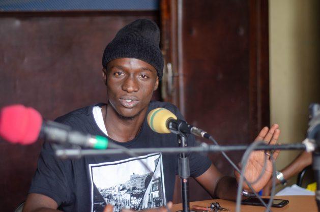 El cantante de hip-hop Matar Judia Ndiaye, llamado Gran Majou Yolof, habla en la Radio Oxy Jeunes Fm, de Senegal, sobre su experiencia tratando de llegar a Europa de forma irregular. Crédito: Cortesía Organización Internacional de las Migraciones (OIM)
