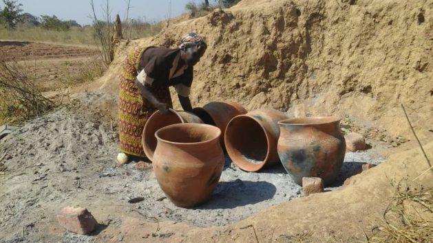 Fainess Muzyamba, del distrito de Pemba, acomoda sus grandes macetas de cerámica que hace para vender en la capital turística de Zambia, Livingstone, para tener mayores ingresos. Crédito: Cortesía: Friday Phiri.