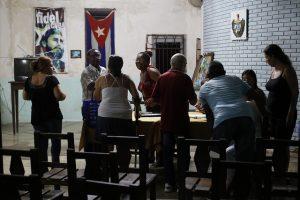 Un grupo de residentes en el barrio de Sierra Maestra, en el municipio de Playa, uno de los que conforman La Habana, participa a fines de septiembre en un debate del proyecto de la nueva Constitución de Cuba, dentro de un proceso de consultas populares, iniciado en agosto y que concluirá en noviembre. Crédito: Jorge Luis Baños/IPS