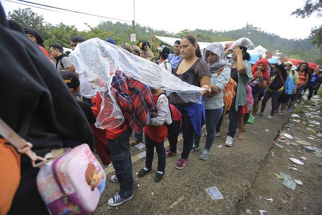 En la aduana de Agua Caliente, en la frontera con Guatemala, en el occidente de Honduras, mujeres, niñas, niños y jóvenes, hacían fila el jueves 18 de octubre, pese a la lluvia, para cruzar la frontera y alcanzar a sus compatriotas que iniciaron un éxodo migratorio hacia Estados Unidos, y con ello, una crisis humanitaria en búsqueda del sueño americano. Crédito Thelma Mejía/IPS