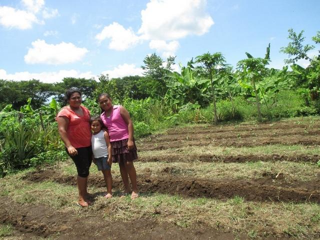 Con sus hijas Sianny y Eloísa, la nicaragüense Dania López produce la tierra agroecológicamente