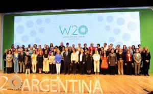 Foto de familia de las delegadas que participaron en Buenos Aires en la Cumbre de Women 20, tras entregar su documento de recomendaciones al presidente argentino, Mauricio Macri, en el centro de la imagen. Los planteamientos integrarán la agenda de la cumbre del Grupo de los 20 (G20), que se realizará en diciembre en la capital argentina. Crédito: G20