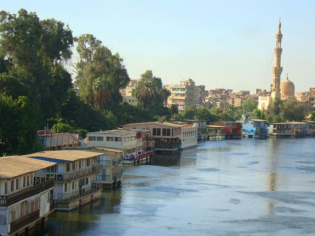 Casas flotantes en la margen del río Nilo, en El Cairo. Unos 85 millones de egipcios dependen del río para extraer agua. Según la ONU, este país está por debajo del umbral de pobreza hídrica. Crédito: Cam McGrath/IPS.