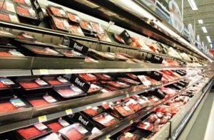 Para producir un kilogramo de carne se necesitan cerca de 14.000 litros de agua y entre siete y 10 kilogramos de forraje. En cambio, para producir un kilogramo de pollo, se necesitan solo 1.000 litros de agua y dos kilogramos de forraje, según Daniel F. Kenneth, profesor de salud pública y nutrición, en Abu Dhabi. Crédito: Sociedad Vegana de Emiratos Árabes Unidos.