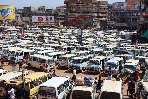 Parque de taxis viejos en Kampala, Uganda. La Estrategia de Crecimiento Verde busca introducir transporte rápido en autobús y trenes ligeros para evitar embotellamientos. Crédito Wambi Michael/IPS.