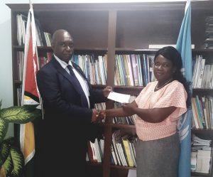 La joven Olivia David recibió un fondo semilla del proyecto Fortalecimiento de las oportunidades de empleo rural decente para mujeres y hombres jóvenes en el Caribe. Crédito: Trudy Williams/FAO