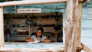 Adelaida Morán, en la tienda con la que abastece de alimentos y otros productos a su pequeña comunidad. Crédito: Fundación Microfinanzas BBVA