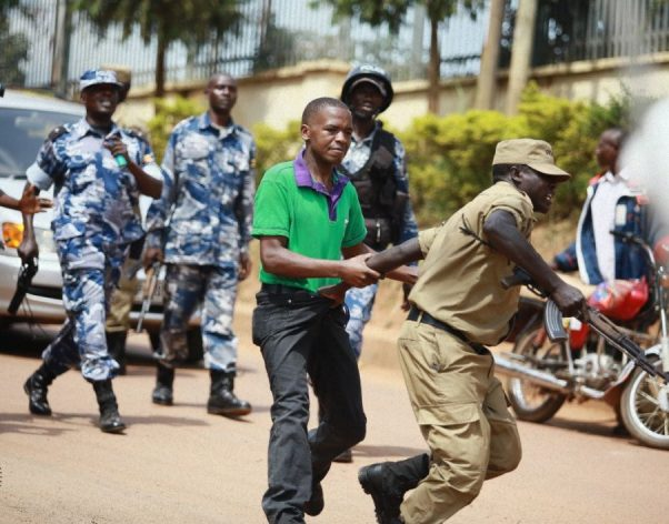 Un policía agarra a la fuerza a un periodista que cubría una manifestación en Kampala, Uganda. Crédito: Cortesía de Wambi Michael.