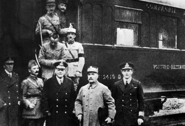 Los representantes de las fuerzas aliadas y el Imperio alemán, antes de subir al vagón de tren estacionado en el bosque de Compiègne, a 70 kilómetros al noreste de París, donde firmaron el armisticio que representó el fin de la Primera Guerra Mundial, y cuyos efectos persisten 100 años después. Crédito: Dominio público