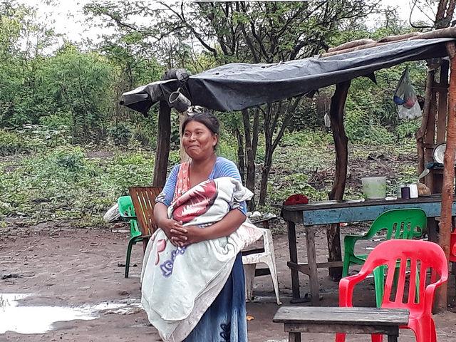 Una mujer wichí con su bebe en brazos, en una comunidad de ese pueblo indígena en la norteña provincia argentina de Salta, en la ecorregión del Chaco, que concentra altos niveles de pobreza. Ella retrata la pobreza en que viven 59 millones de personas en las áreas rurales latinoamericanas, 48,6 por ciento de su población total. Crédito: Daniel Gutman/IPS