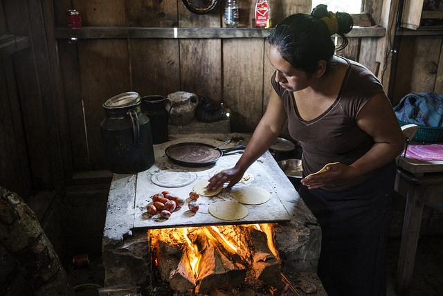 Una mujer elabora tortillas en una cocina a leña, en su precaria vivienda en San Lorenzo, el sureño estado mexicano de Chiapas. En América Latina 8,4 por ciento de las mujeres viven en inseguridad alimentaria severa frente a 6,9 por ciento de los hombres. Crédito: FAO