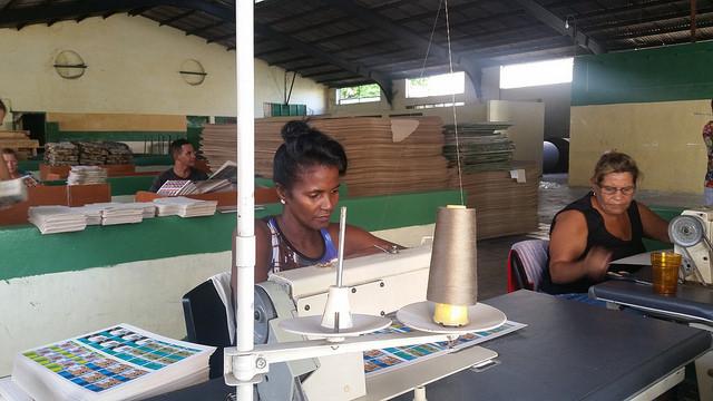 Doralis Sánchez (izda) y Sol María Rustán, en su trabajo en un taller de pequeñas producciones artesanales en la ciudad de Guantánamo. Ellas son parte de las personas con discapacidad auditiva que han sido capacitadas sobre gestión inclusiva de riesgos de desastres, en el extremo oriental de Cuba. Crédito: Ivet González/IPS