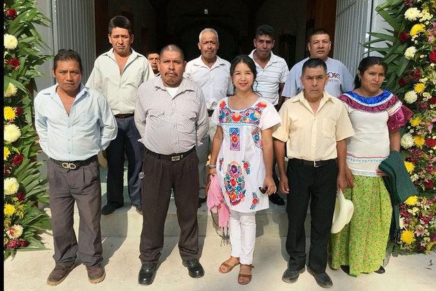 Elisa Zepeda, la primera alcaldesa del municipio de Eloxochitlán de Flores Magón, en el sureño estado mexicano de Oaxaca, rodeada de su cuerpo edilicio. Crédito: Onu Mujeres