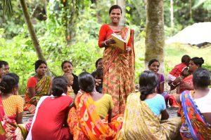 """Malti Tudu, la """"destrozabodas"""" en una aldea en el distrito de Kishanganj, en el norte de India. Crédito: Biju Boro/ONU Mujeres"""