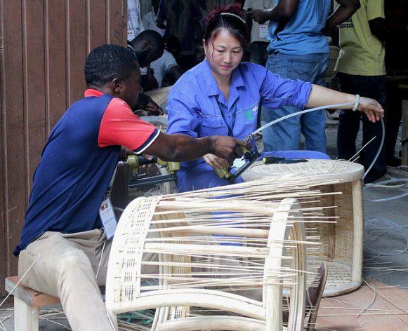 El ghanés Frempong Koranteng (izquierda) aprende a tejer una mesa ratona de bambú y ratán. Crédito: Jamila Akweley Okertchiri/IPS