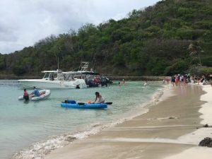 Del otro lado de la bahía de Windward Carenage Bay está la bahía de Salt Whistle, sobre el Caribe. La famosa playa atrae visitantes a Mayreau, que depende del turismo, fundamental para su economía. Crédito: Kenton X. Chance/IPS