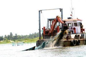 Autoridades extraen redes ilegales para pescar camarones en la laguna de Chilka, en el este de India, en 2010. Crédito: Manipadma Jena/IPS