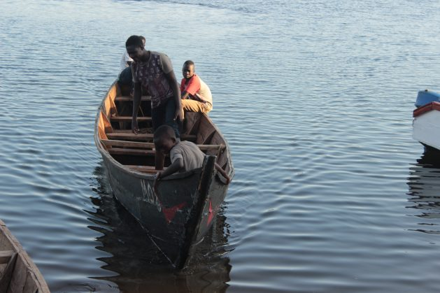Pescadores en la parte ugandesa del lago Victoria. Uganda prueba métodos no tradicionales de pesca, como la piscicultura con jaulas. Crédito: Wambi Michael/IPS