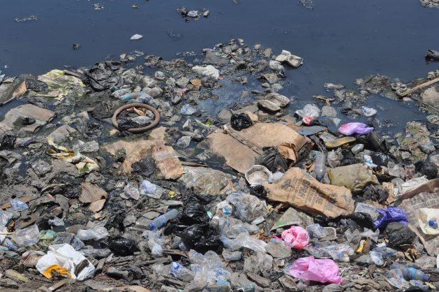 Los plásticos contaminan cada vez más los mares y los océanos, y amenazan los ecosistemas marinos. Crédito: Busani Bafana/IPS.